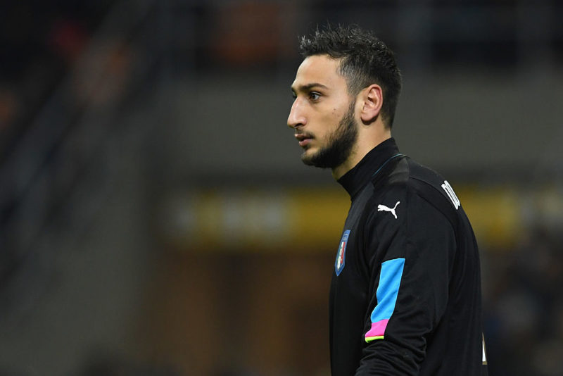 Incredibile Donnarumma: lancio di dollari finti, striscione e insulti durante l'Under 21