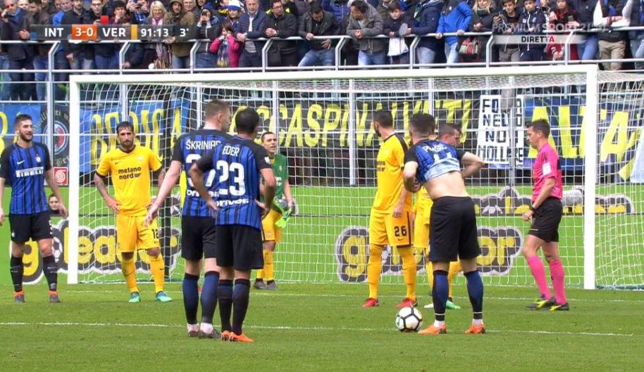 FOTO – Verona, l'incredibile stagione di Romulo continua: gioca anche in porta!
