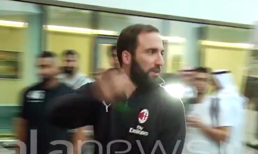"""🎥 VIDEO – Higuain nervosissimo a Gedda, tensione in aeroporto: """"Questi continuano…"""""""