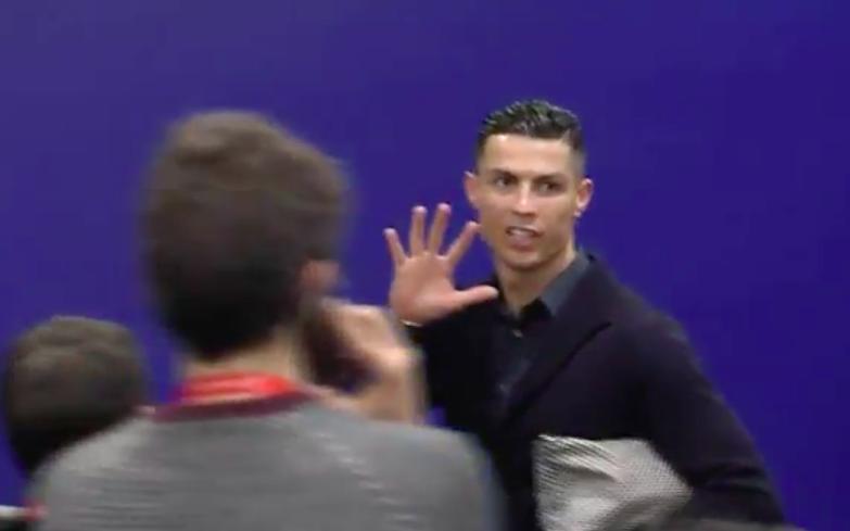 ? VIDEO – Ronaldo fa ancora il 'cinque' in zona mista: che sfogo dopo la partita!