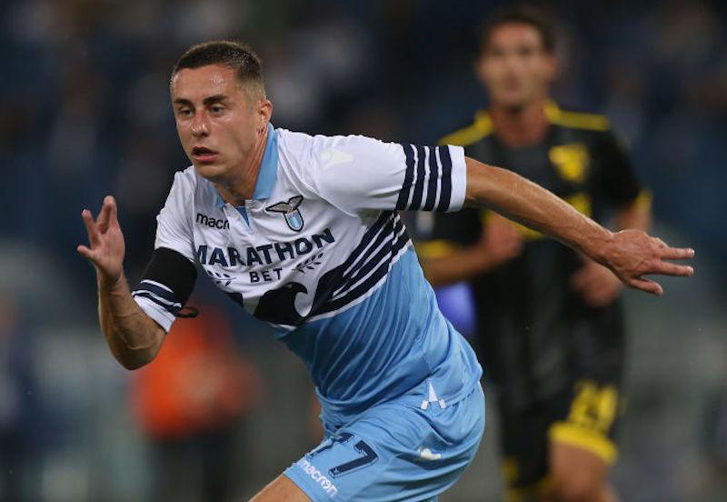 Tegola Marusic, lascia il ritiro della Lazio: distorsione al ginocchio e lungo stop
