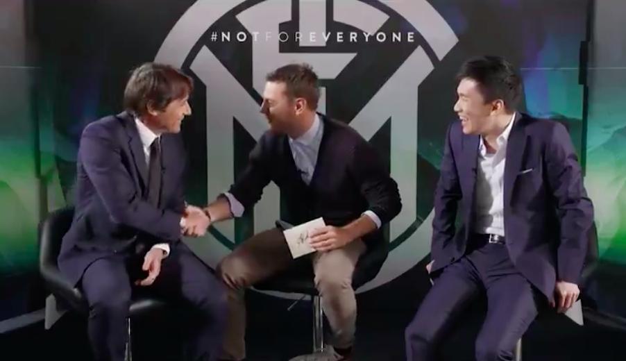 """🎥 VIDEO – Conte apre la busta con Cattelan: """"Da oggi, basta pazza Inter"""""""