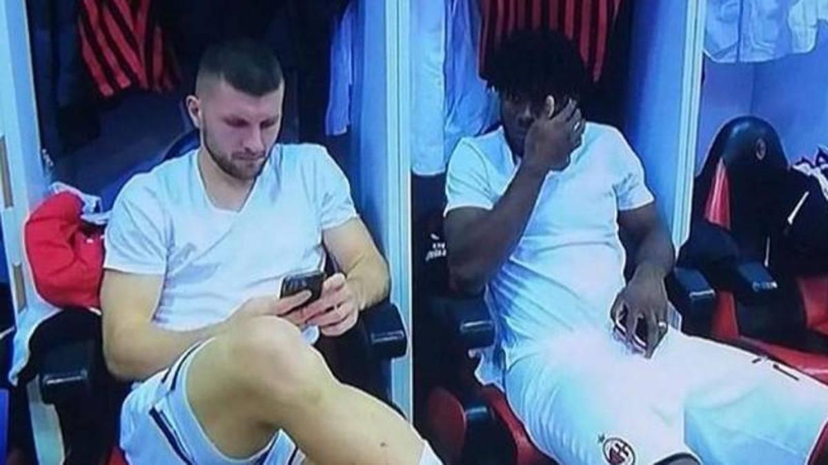 FOTO – Milan, tre giocatori distratti al telefono prima del Napoli: tifosi infuriati