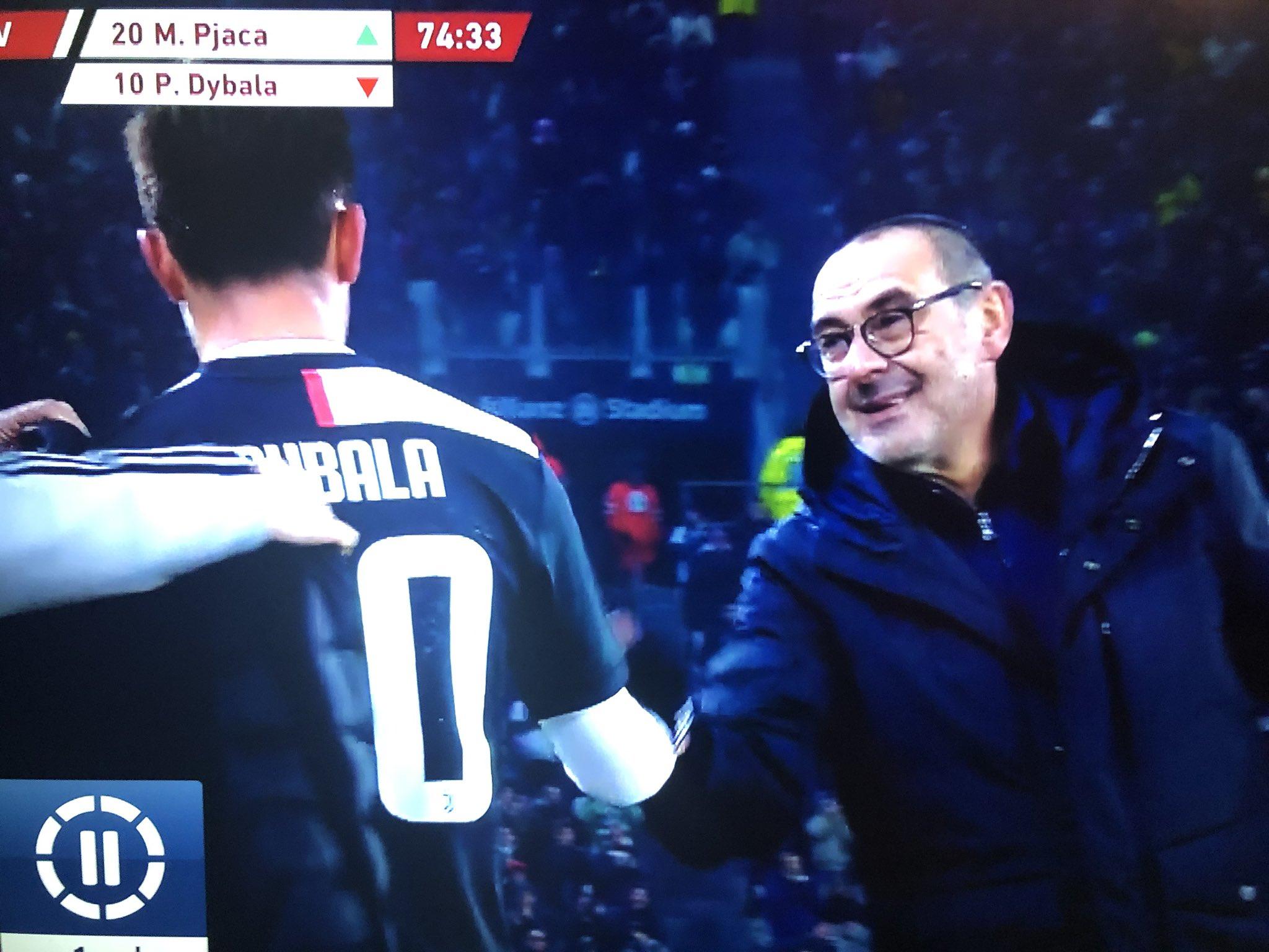 FOTO – Sarri cambia Dybala e va da lui dopo la lite dell'Olimpico, poi reagisce così
