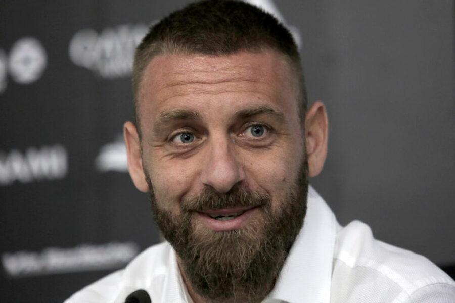 """De Rossi: """"Roma? Vorrei allenarla ma non chiamerò nessuno! Dicono Bonucci sia odioso, mi lanciò…"""""""