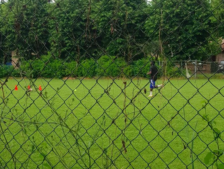 🎥 VIDEO SOS – Boga si allena al parco col pallone: il piede è caldo…