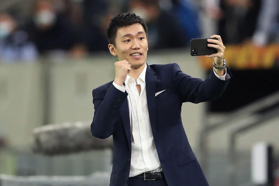 Inter campione, Zhang esulta in sede con il bandierone: il video