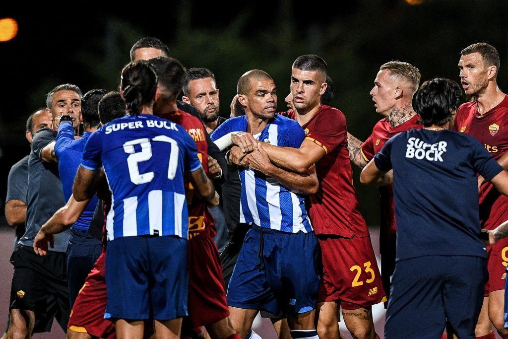 🎥 VIDEO – Rissa in campo tra Porto e Roma: duro intervento di Pepe, Mkhitaryan…